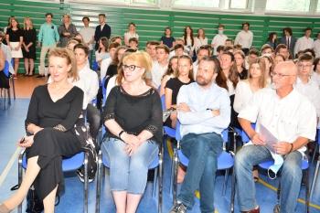 nauczyciele i uczniowie w sali